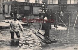 PARIS - CRUE De La SEINE - Un Laitier Sur Son Radeau   Rue De Bourgogne  - Dos Vierge - 2 Scans - Inondations De 1910