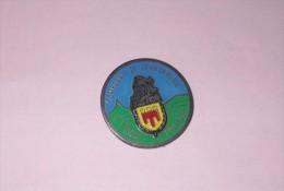 Pin´s Compagnie De Gendarmerie . Riom. Auvergne. - Police