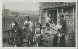 Bulle, Groupe En Costumes Gruériens Faisant La Causette à La Ferme De La Petite Condémine - FR Fribourg