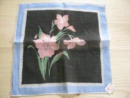 Pochette /mouchoir Années 1945/50 Décor De Narcisses Roses  Sur Fond Noir    Neuf TBE 28 X 28 Cm Env - Mouchoirs