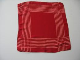 Mouchoir- Pochette  En Crêpe Rouge  31 X 31 Cm Env BE Années 1940 Env - Mouchoirs