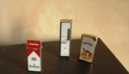 TROIS   BRIQUETS  DE  COLLECTION    A SAISIR     MALBORO  CAMEL  ECT - Lighters