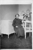 411Cu   Carte Photo Une Femme Malade Dans Sa Chambre D'hopital - Health