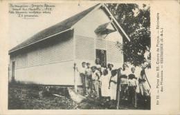 ILES MARQUISES - GROUPE DE LEPREUX DEVANT LEUR CHAPELLE 1929 - CETTE LEPRERIE COMPTAIT 26 PERSONNES  - PRIX FIXE !! - French Polynesia
