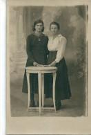 Photographie   de   2  Femmes,   Soeurs  Peut  etre ?        �  Reconnaitre