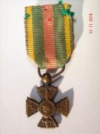 Médaille Croix Du Combattant Volontaire De 1914-1918 En Réduction Diam.12 Mm - Bon état. - Militaria