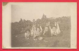 158205 / GROUP OF YOUNG PEOPLE EAT WATERMELON Bost   -  Bulgaria Bulgarie Bulgarien Bulgarije