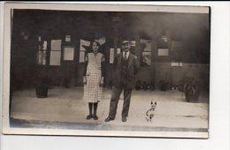 Carte photo ou photographie - Portrait d'un couple et leur chien devant une gare  / Photographe sans