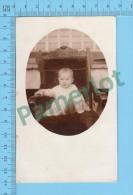 Cpa ( Jeune Bébé Sur Grande Chaise Ancienne, Azo 1904-1918) Photo Carte Postale Postcard Recto/verso - Photographie