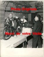 Grande Photo Publicité Et Présentation Solex à Paris ...... Photographe J.C Combrisson - Paris - Albums & Collections