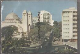 SENEGAL-DAKAR--L'Avenue De La République A Gauche La Cathedrale Du Souvenir Africain--cpm - Senegal