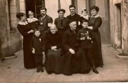 Photographie Ancienne / Carte-photo  Famille En Extérieur Avec Prêtre En Soutane Et Deux Enfants Médaillés - Anonyme Personen