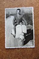 FOTOGRAFIA UOMO IN VESPA_ MOTORINO_DUE RUOTE - Automobiles
