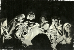 SAHARA . JEUNES GENS  VEILLANTS AUTOUR DU FEU - Sahara Occidentale
