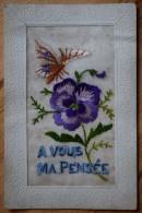 Carte Brodée - A Vous Ma Pensée - Carte Fantaisie Avec Fleur Et Papillon - Petites Taches Et Léger Pli Au Dos - (n°3267) - Borduurwerk