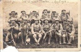 CARTE PHOTO DE POILUS AVEC 1 CHIEN DEPART POUR LES  AVANT POSTES AVRIL 1916 EN L ETAT - Guerra 1914-18