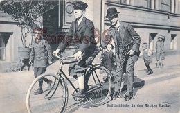 Scénes & Types - Rollïchuhläufer In Den Strken Berlins -Vélo Cyclo Patins à Roulettes - Trés Bon état - 2 SCANS - Allemagne