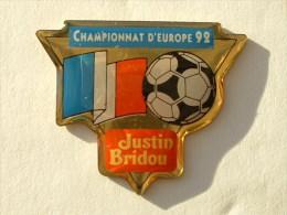 PIN´S FOOTBALL CHAMPIONNAT D´EUROPE 92 -DRAPEAU FRANCE -  JUSTIN BRIDOU - Football