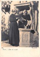 [DC5140] CARTOLINA - DONNA ANZIANA ALLA FONTE - FONTE .... FONTE DI RICORDI - Non Viaggiata - Old Postcard - Photographs