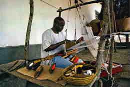 ETRANGERE  L 4  /   LUMIERES D'AFRIQUE  PHOTO ALAIN DENIS  /   TISSERAND     /    CPM / CPSM  10 X 15 - Otros