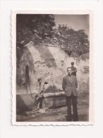Photo Originale 85 Mm X 60 Mm - 1940 - Montfrin 30 - Fontaine Près Des Arènes - Scan R/V - - Lieux