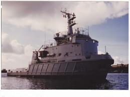 Bateau  Marine  Militaire France A 635  Remorqueur Revi  Signee J Carney Brest 1984 - Boats