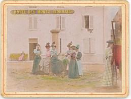 Dames Descendant De La Diligence à L'Hôtel Des Monts Lyonnais - Vers 1900 - Photographie Colorisée (9,5 X 12,5 Cm) - Ano - Places
