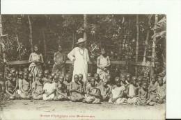 MALAWI2   --   GROUPE D `INDIGENES  AVEC MISSIONNAIRE  --  1911 - Malawi