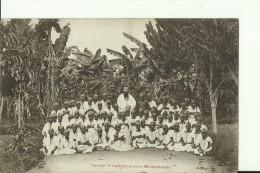 MALAWI3   --   GROUPE D `INDIGENES  AVEC MISSIONNAIRE  --  1916 - Malawi