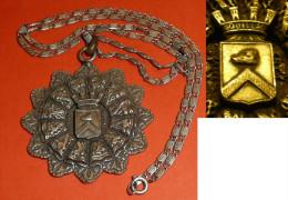 Rare Ancienne Médaille En Métal, Ville De Souillac, Armoiries, Coiffes Dentelle, Sanglier, Avec Une Chaine - Altri