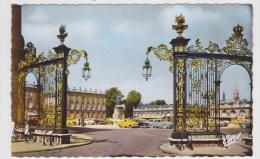 NANCY - N° 825 - PLACE STANISLAS - LES GRILLES DE JEAN LAMOUR AVEC VIEILLES VOITURES - FORMAT CPA - Ed. DE LUXE ESTEL - Nancy