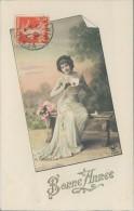N°205-YY10-103   BONNE ANNEE 1911  FEMME ASSISE SUR UN BANC  CROISSANT 3884 - Nouvel An