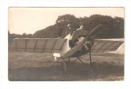 Carte Photo : Un Homme Et Une Femme Dans Un Aéroplane Au Sol . - Avions