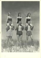 PIN-UP  Foto Vintage  Ragazze Sulle Spalle Dei Boyfriends In Costume Da Bagno - Pin-Ups
