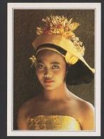 DF / ETHNIQUE ET CULTURE / INDONESIE / BALI / TEMPLE DE DEN PASAR / JEUNE FEMME COIFFÉE DE FLEURS DE FRANGIPANIER - Asie