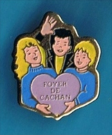 PIN�S //  . FOYER DE CACHAN