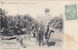 Afrique - Madagascar - Forgeron Bara Et Son Aide - Madagascar