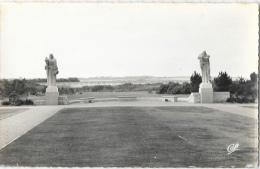 Colleville - Statues Du Cimetière Américain - Carte CAP Dentelée, Non Circulée - Oorlogsbegraafplaatsen