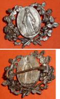 Rare Ancienne Broche En Métal Argenté, Médaillette Et Couronne De Roses, Religion - Religione & Esoterismo