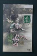 CPA FANTAISIE FEMME FLEURS BOITE AUX LETTRES CACHET TIRETE  PEROLS HERAULT 1913 - Fantaisies