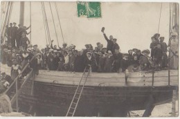 CPA PHOTO 80 CAYEUX SUR MER Souvenir Groupe Bateau 1909 Rare - Cayeux Sur Mer