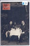 75-PARIS- CARTE-PHOTO- A LA DEVANTURE D UN CAFE- ON Y PARLE ESPAGNOL-PROXIMITE BUREAU DE POSTE 7- - Cafés, Hôtels, Restaurants