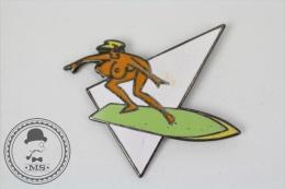 Pin Up Nude Girl On Green Surf Table - Signed Saggay & F. Thomas - Pin Badge #PLS - Pin-ups