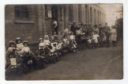 CARTE PHOTO A IDENTIFIER . CONCOURS DE VOITURES FLEURIES . 1920 . POUSSETTES . LANDAUS . ENFANTS . ( Dans L'état ) - Da Identificare