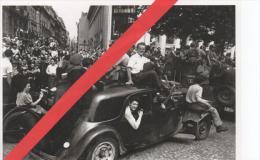 """Photo - 1989 - Robert Capa -  """" Libération De Paris - Août 1944 """"  - Traction -guerre - Militaire - Voiture Ancienne ... - Guerre, Militaire"""