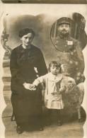BELLE CARTE PHOTO MONTAGE - PATRIOTIQUE - SOLDAT EN MEDAILLON - FAMILLE - MILITAIRE ( JOUET ENFANT ) - Photographs
