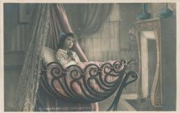 ENFANTS - LITTLE GIRL - NOEL -  Jolie Carte Fantaisie Fillette Priant Dans Son Berceau - Non Classés