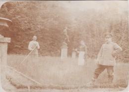Photo 1915 SEDAN - Soldat Allemand Et Un Jardinier Dans Le Parc D'un Château? (A94, Ww1, Wk 1) - Sedan