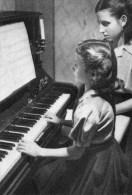 51Fc   Montpellier Institution Des Sourds Muets Et Aveugles Leçon De Piano à Une Jeune Aveugle - Santé