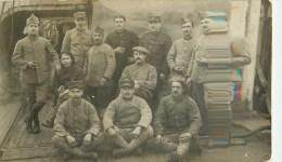 Carte Photo - Poilus Prisonniers En Camp - Deux Cachets - War 1914-18